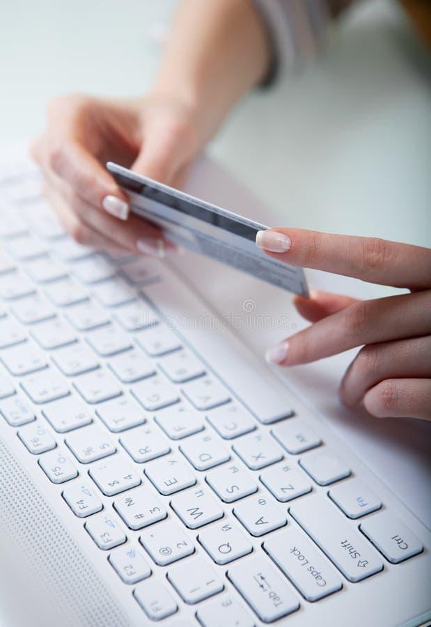 Être prêt pour payer en ligne image libre de droits