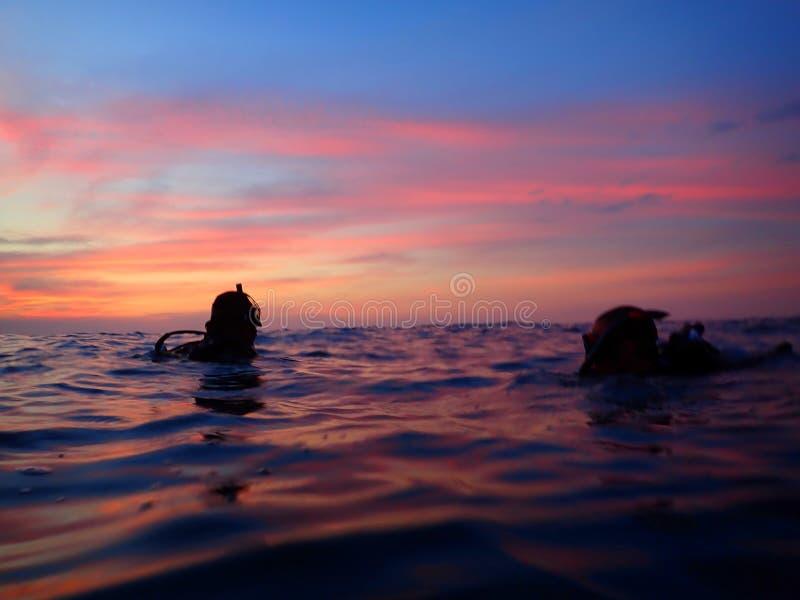 Être prêt pour un coucher du soleil et une aventure de piqué de nuit photographie stock libre de droits