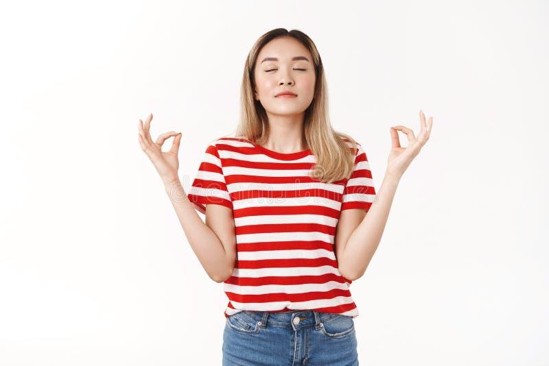 Êxito da chave de paciência Menina jovem asiática loira iniciante atriz de teatro que faz prática respiratória ganha coragem fotos de stock