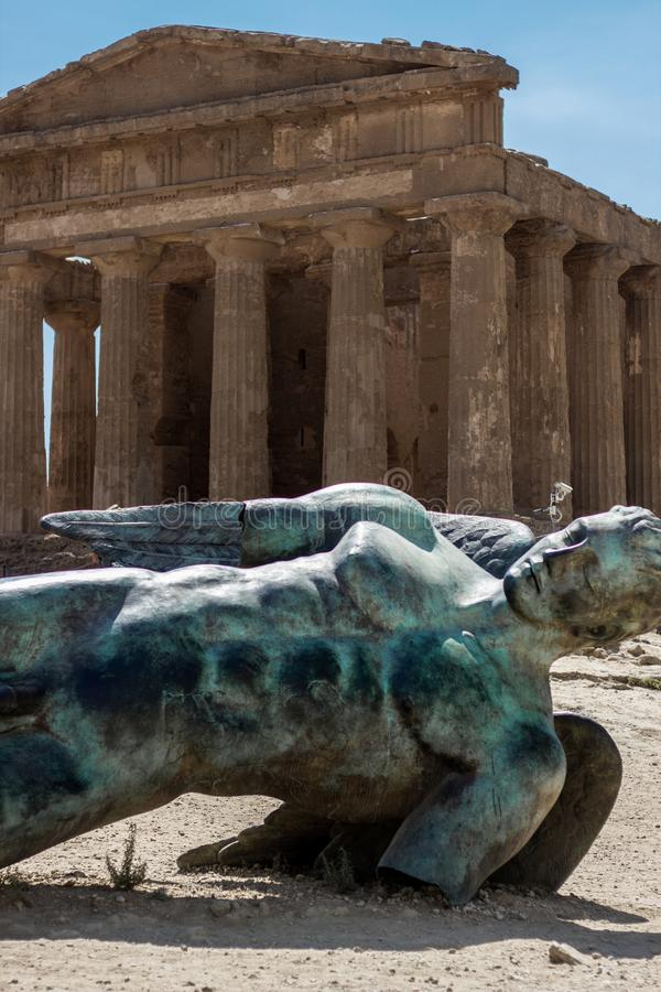 Ícaro caido, templo de Concordia, Agrigento, Sicilia fotografía de archivo libre de regalías