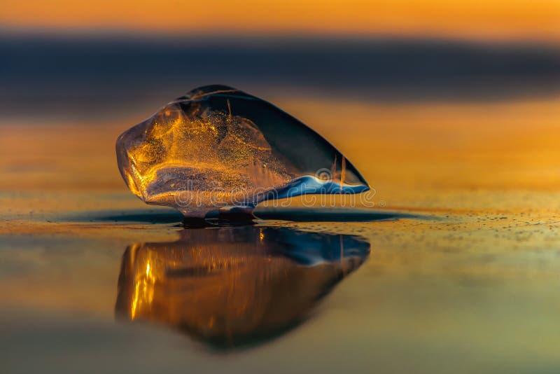 Ícicle no pôr do sol no lago Baikal fotografia de stock