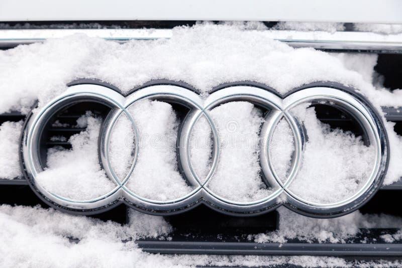 Ícone Audi A6 do tipo do emblema do metal do close up de Rússia Kemerovo 2018-12-23 com os quatro anéis, cobertos com a neve maci fotos de stock