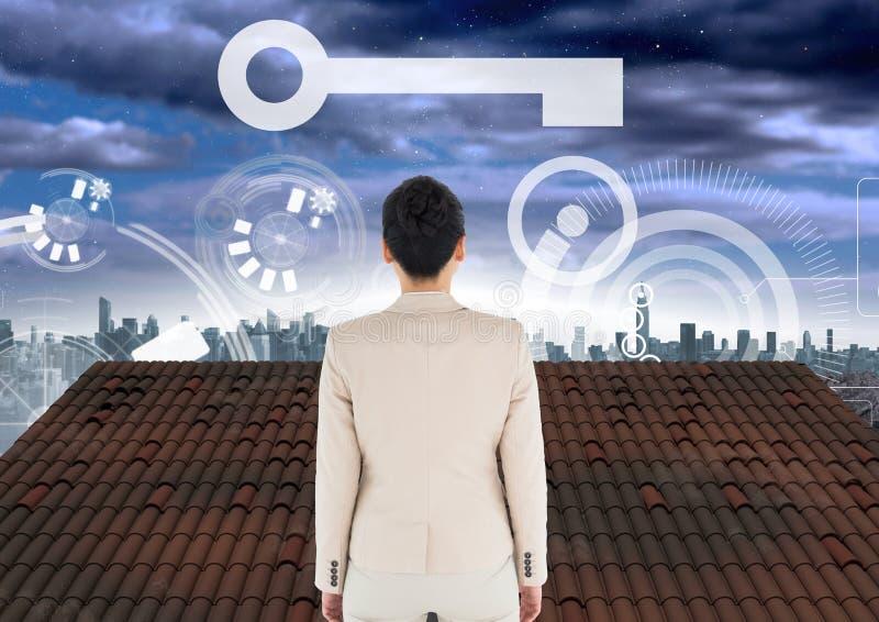 Ícone chave e relação e mulher de negócios que estão no telhado com céu da cidade imagem de stock royalty free