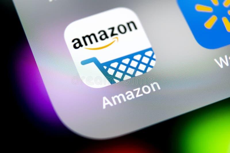 Ícone da aplicação da compra das Amazonas no close-up da tela do iPhone X de Apple Ícone de compra do app das Amazonas Aplicação  foto de stock