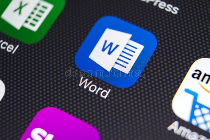 Ícone da aplicação de Microsoft Word no close-up da tela do iPhone X de Apple Ícone de Microsoft Word Microsoft Office no telefon fotos de stock