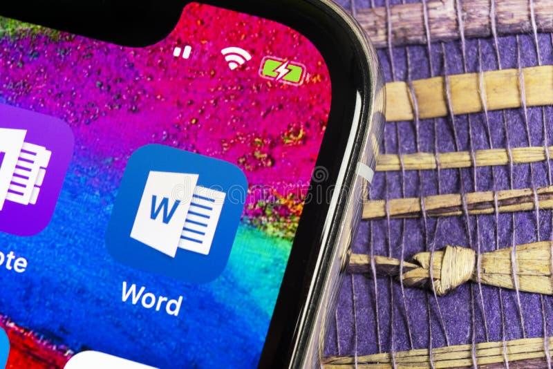 Ícone da aplicação de Microsoft Word no close-up da tela do iPhone X de Apple Ícone da palavra do Microsoft Office Microsoft Offi imagem de stock
