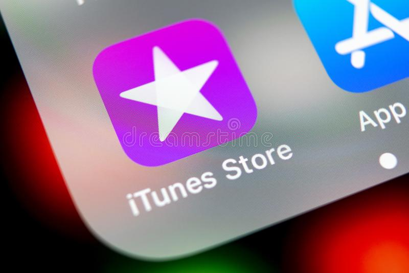 Ícone da aplicação da loja de Apple iTunes no close-up da tela do smartphone do iPhone X de Apple Ícone móvel da aplicação da loj foto de stock