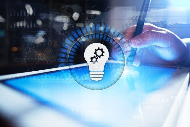 Ícone da lâmpada na tela virtual Solução do negócio Conceito social dos media imagem de stock royalty free