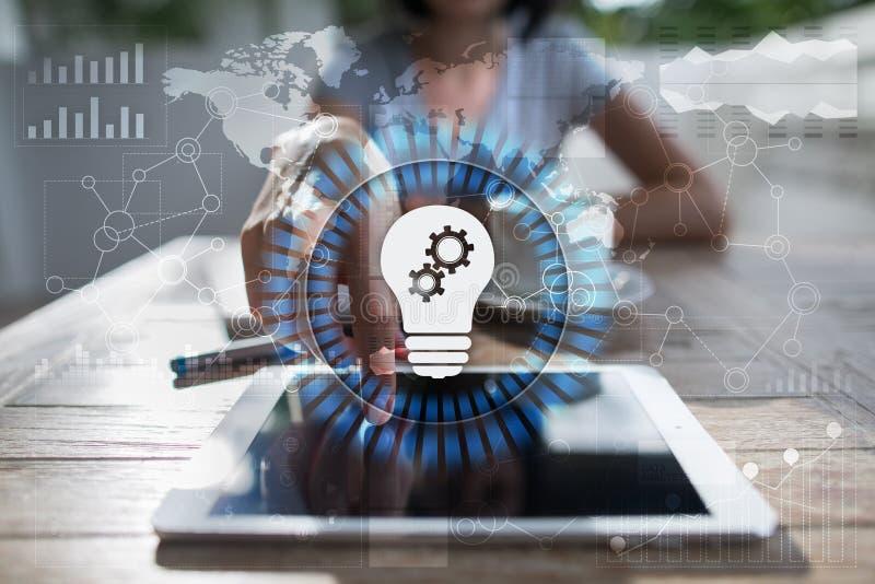Ícone da lâmpada na tela virtual Solução do negócio Conceito social dos media imagem de stock