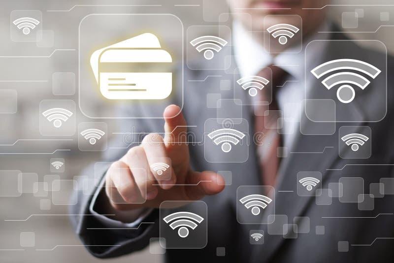 Ícone da rede do wifi da Web do cartão de crédito do botão da imprensa da mão do homem de negócios foto de stock