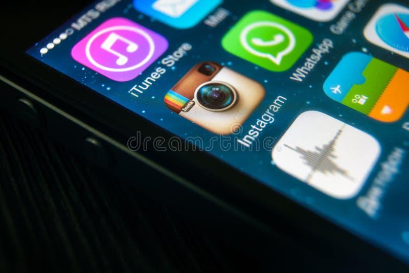 Ícone de Instagram no close-up da tela de IPhone imagem de stock royalty free