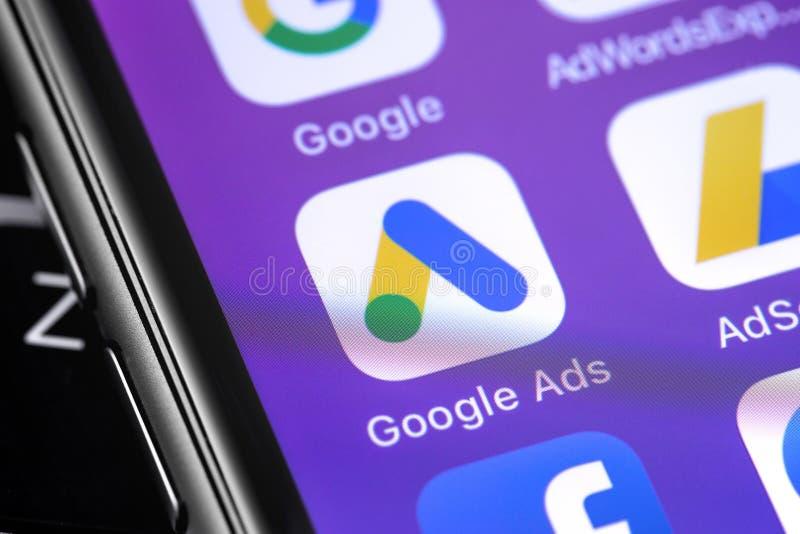 Ícone do aplicativo Google AdWords na tela do smartphone fotografia de stock
