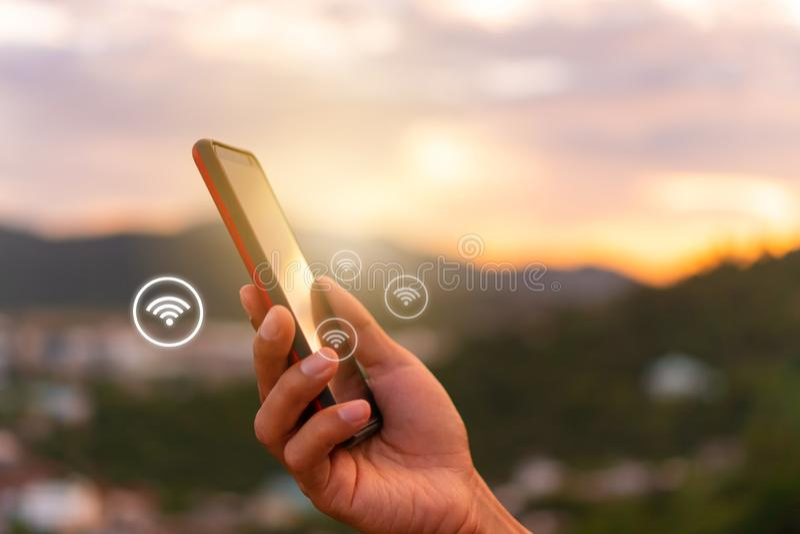 Ícone do sinal de Wifi e tela da conexão do smartphone com fundo da cidade da vista superior Vida ideal da liberdade financeira d fotos de stock royalty free