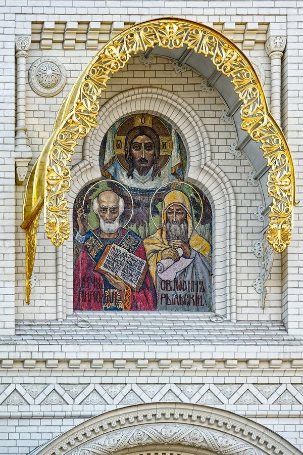 Ícone dos apóstolos santamente, decoração do mosaico acima da entrada imagem de stock