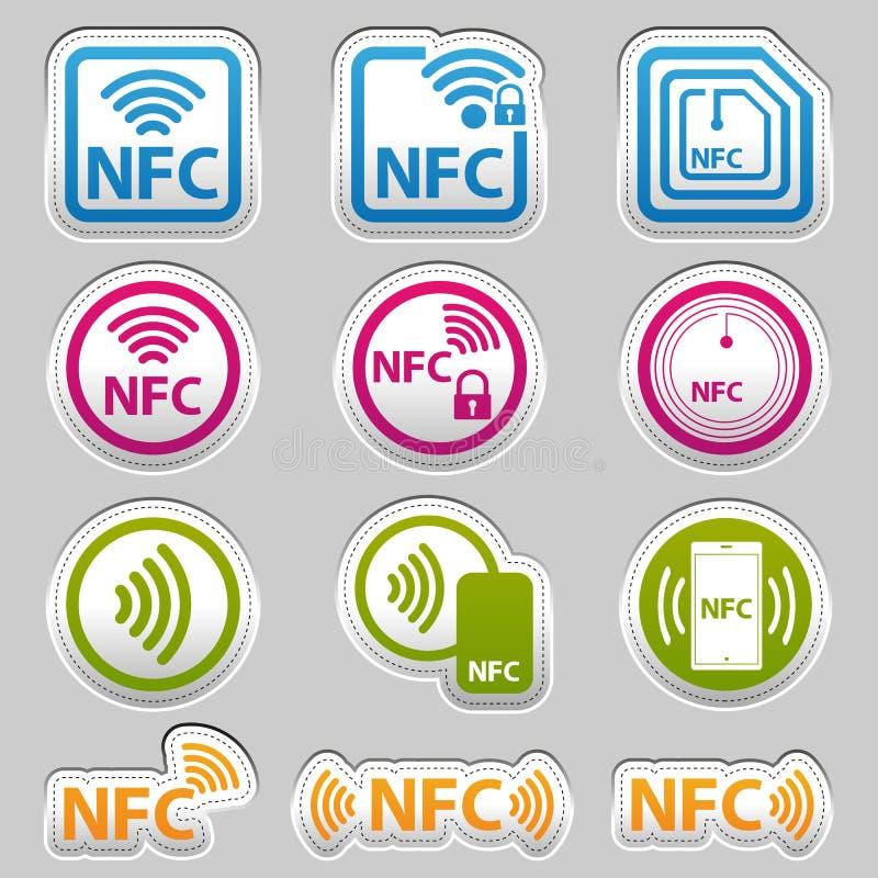 Ícones da tecnologia de NFC - etiqueta metálica de prata - ilustração colorida do vetor - isolada em Gray Background ilustração royalty free