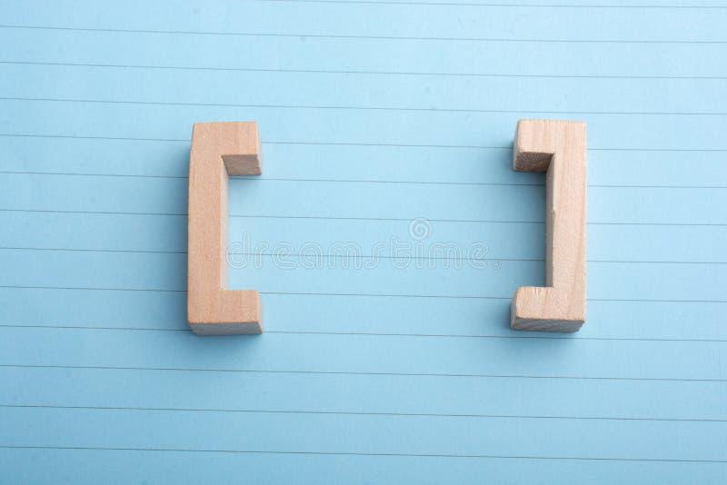 Ícones das citações do suporte feitos da madeira fotografia de stock royalty free