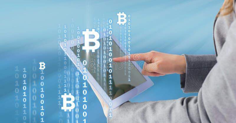 Ícones e relação de Bitcoin na tabuleta nas mãos do ` s da mulher fotos de stock royalty free