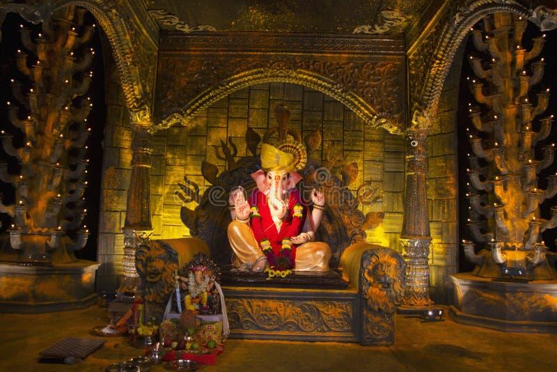 Ídolo de Lord Ganpati na réplica do gad de Jejuri durante o festival de Ganpati em Shivaji Nagar, Pune imagens de stock royalty free