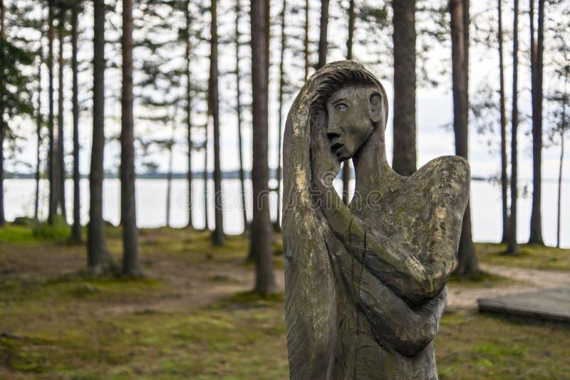 Ídolo de madera de la mujer en bosque foto de archivo libre de regalías