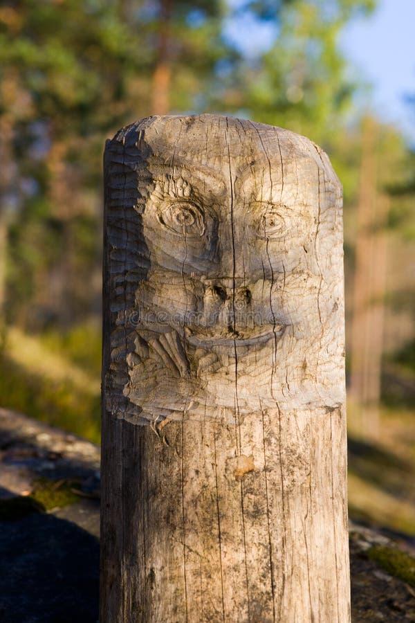 Ídolo de madera en bosque fotografía de archivo