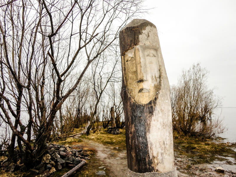 Ídolo de madera para el ritual cerca del agua imagenes de archivo
