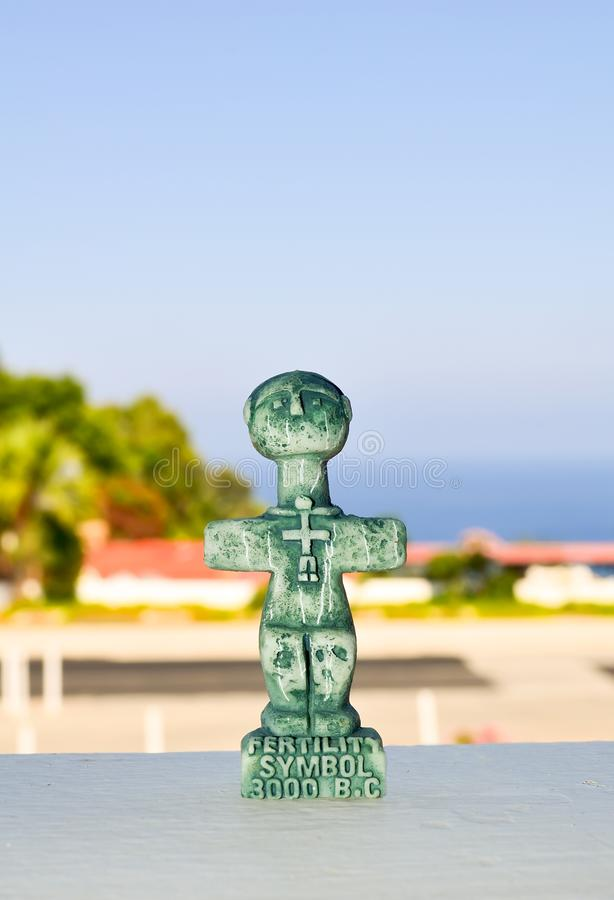Ídolo de Pomos, símbolo antiguo de la fertilidad en Chipre Una pequeña escultura en un fondo borroso Recuerdo tradicional para lo imagen de archivo libre de regalías