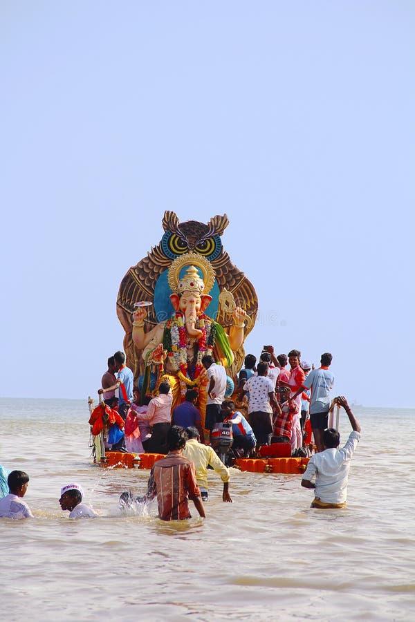 Ídolo enorme de Ganapati llevado para la inmersión el mar en barcos de madera, Chowpatty fotos de archivo libres de regalías