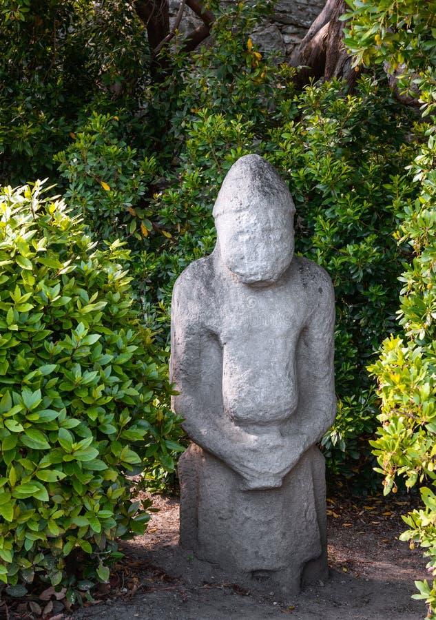 Ídolo pagano antiguo en bosque fotos de archivo