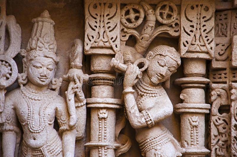 Ídolo tallado en la pared interna del vav del ki de Rani, un stepwell complejo construido en los bancos del río de Saraswati Pata foto de archivo