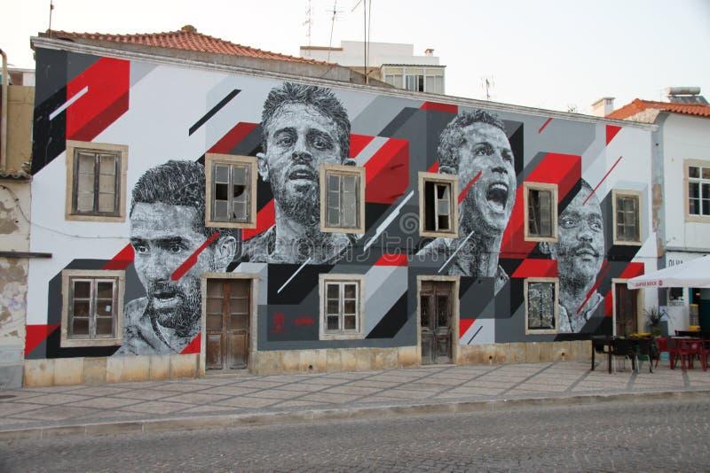Ídolos del fútbol portugués pintados en la fachada de una casa imagen de archivo
