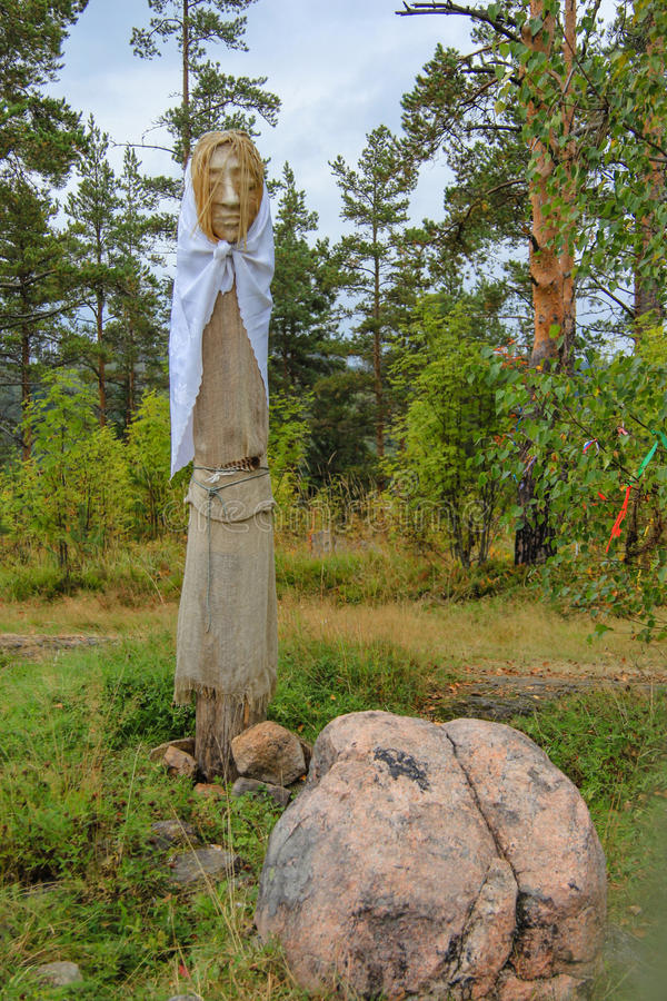 Ídolos paganos en el bosque del otoño, Karelia fotografía de archivo libre de regalías