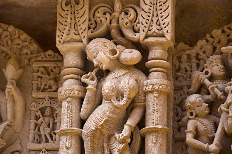 Ídolos tallados en la pared interna y pilares del vav del ki de Rani, un stepwell complejo construido en los bancos del río de Sa imágenes de archivo libres de regalías