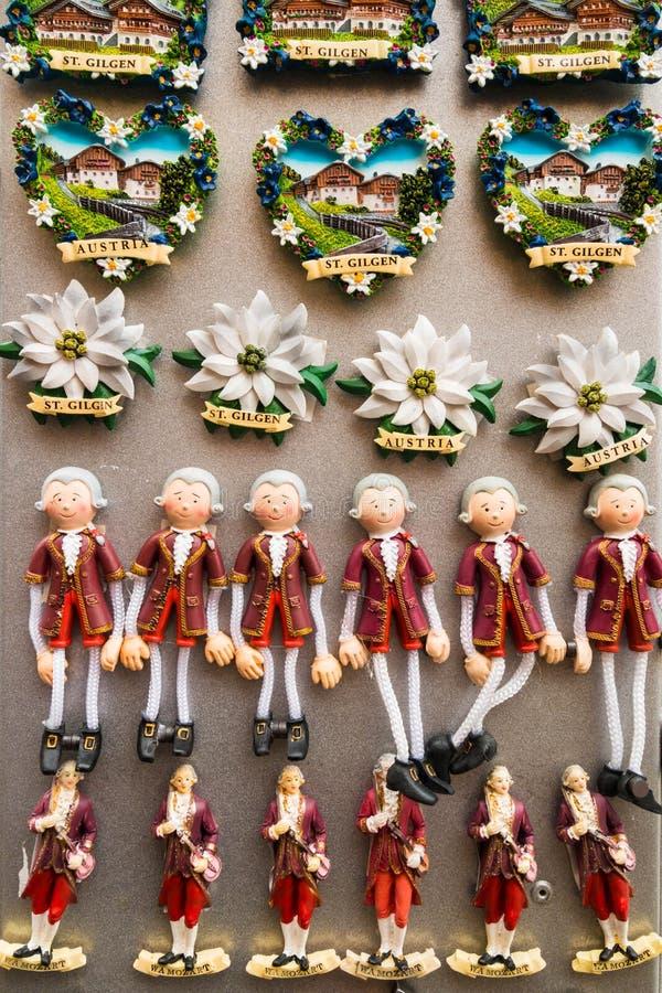 Ímãs austríacos da lembrança do curso para a venda em uma loja de lembranças foto de stock