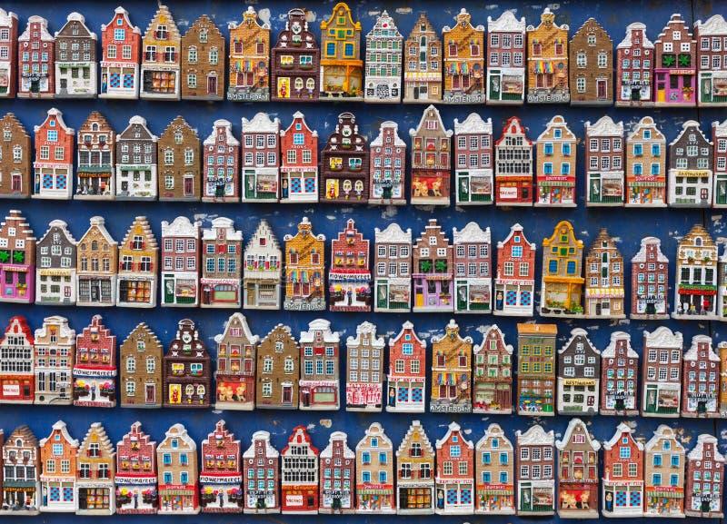 Ímãs coloridos das casas na loja de lembrança. Amsterdão fotos de stock royalty free