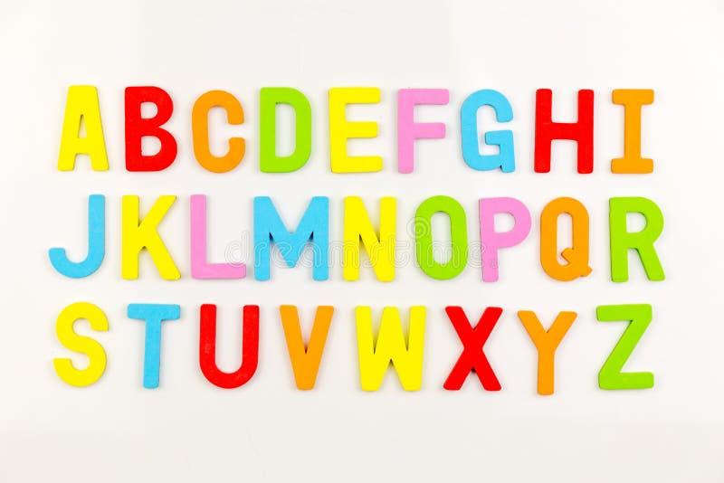 Ímãs do alfabeto no whiteboard fotos de stock