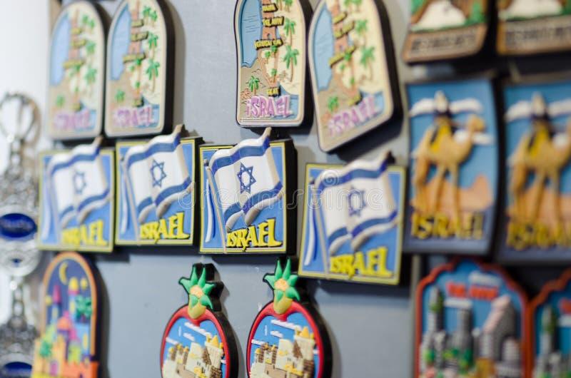 Ímãs do presente com símbolos de Israel e de Jerusalém para a venda na cidade velha fotos de stock
