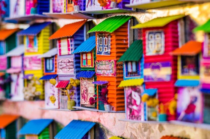 Ímãs do refrigerador com as casas coloridas do La Boca, Buenos Aires fotos de stock