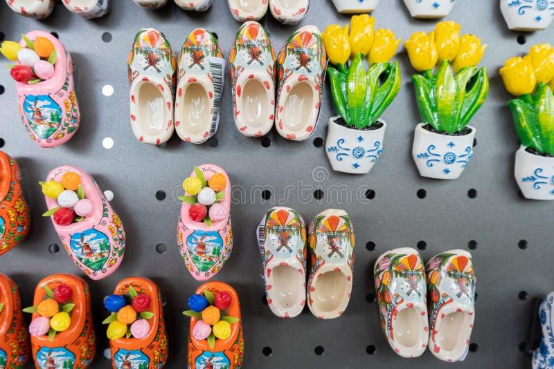 Ímãs holandeses da lembrança em um carro varejo, sendo vendido em uma loja de lembranças, com alguns ímãs da tulipa demasiado imagem de stock
