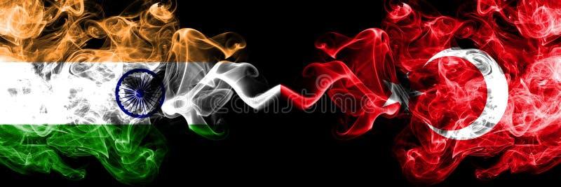 Índia contra Turquia, bandeiras turcas do fumo colocadas de lado a lado Bandeiras de seda coloridas grossas do fumo do indiano e ilustração do vetor