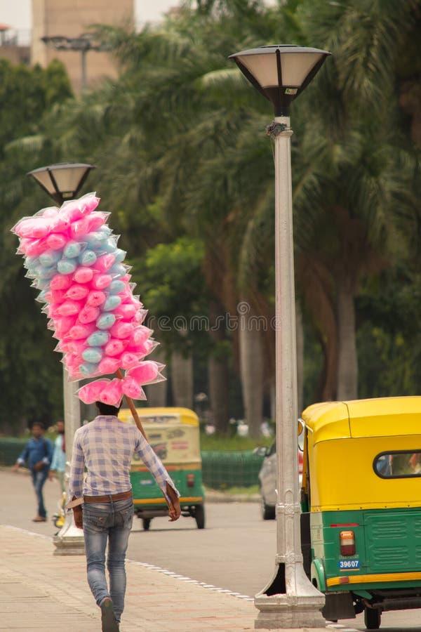 Índia de Bangalore, Karnataka 4 de junho de 2019: Vendedor ambulante que vende o mittai do algodão doce ou do mithai ou do panju  fotos de stock