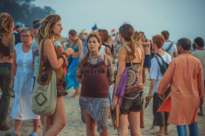 Índia, Goa - 4 de dezembro de 2016: Hippys das meninas nas tatuagens na praia do arambol fotografia de stock