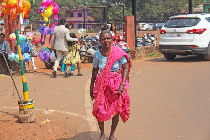 Índia, GOA, o 28 de janeiro de 2018 Mulher ou avó idosa indiana no rosa e em saris azuis, na Índia fotos de stock royalty free