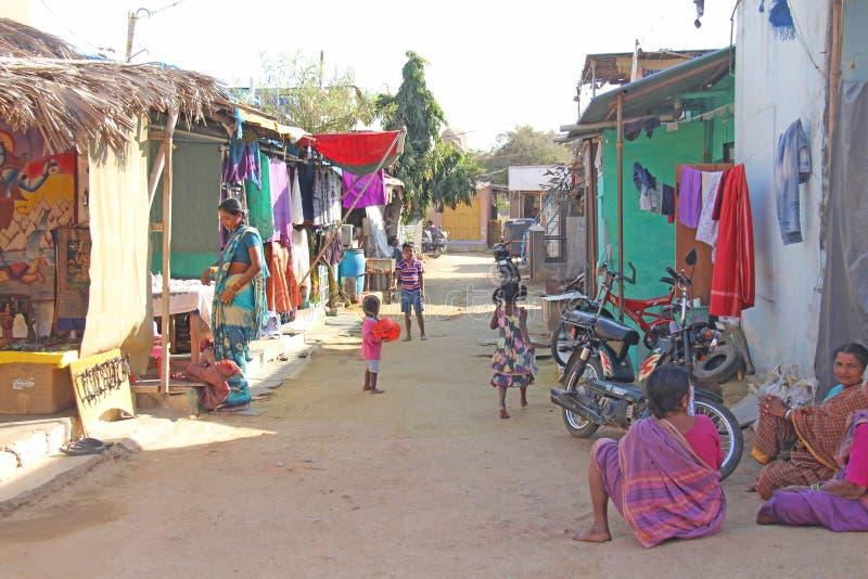 Índia, Hampi, o 2 de fevereiro de 2018 A rua da vila de Hampi é um modo de vida e um cultivo de moradores da vila Mulheres indian fotografia de stock royalty free