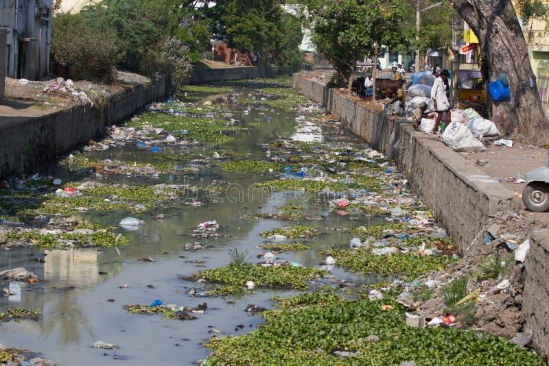 Índia poluída plástico do rio, Tamil Nadu fotos de stock