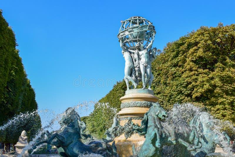 Άγαλμα και πηγή στους λουξεμβούργιους κήπους στοκ εικόνα