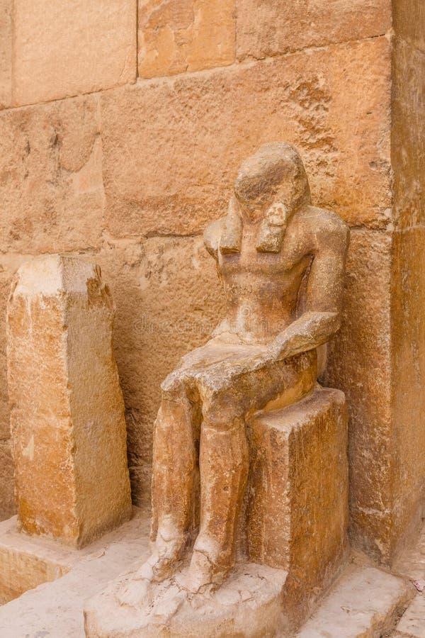 Άγαλμα κοντά στις μεγάλες πυραμίδες στο οροπέδιο Giza Κάιρο Αίγυπτος στοκ φωτογραφίες