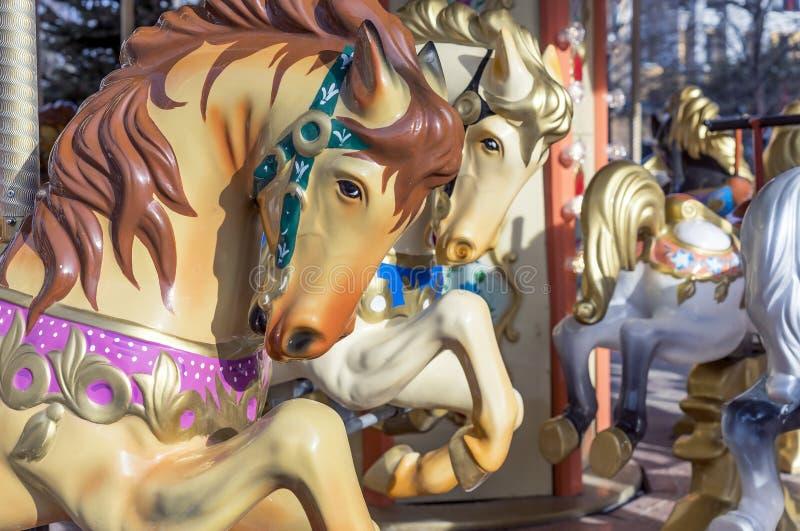 Άλογα στο κυκλικό ιπποδρόμιο των παλαιών παιδιών στοκ εικόνες