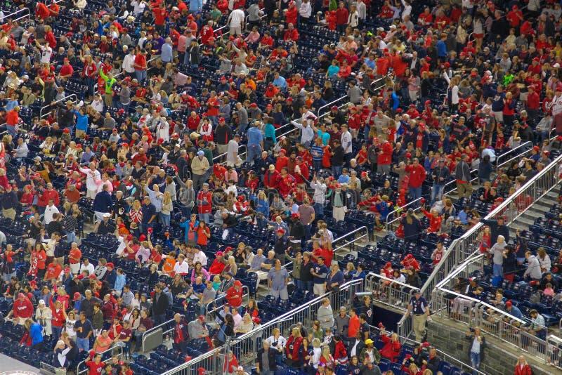 Άνθρωποι κόκκινο σε ενθαρρυντικό κατά τη διάρκεια ενός γεγονότος στοκ εικόνες