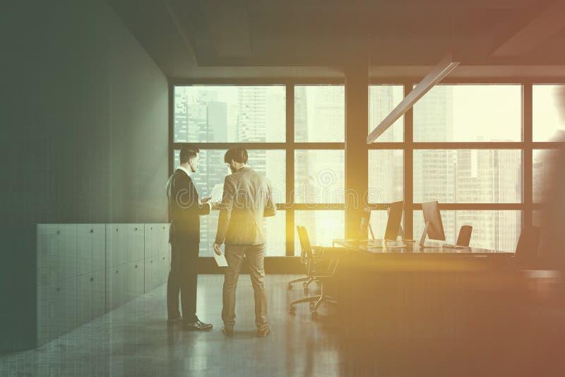 Άνθρωποι στο γκρίζο γραφείο ανοιχτού χώρου με το ντουλάπι στοκ φωτογραφία με δικαίωμα ελεύθερης χρήσης