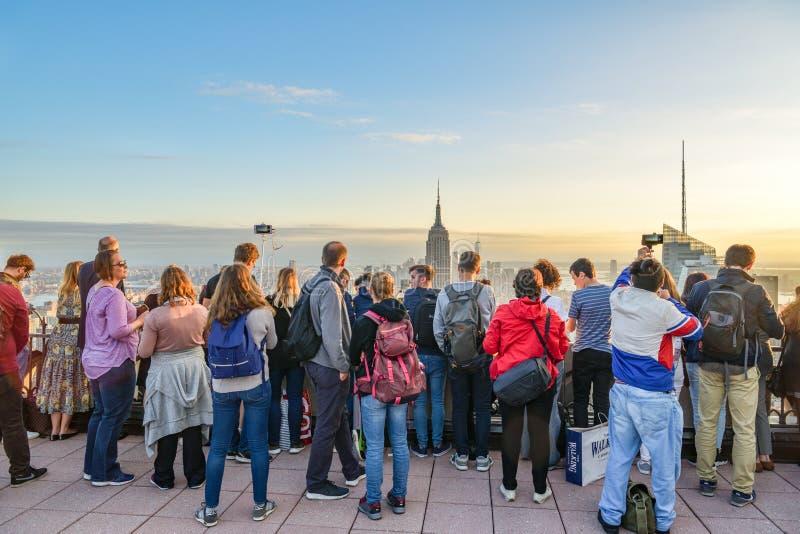 Άνθρωποι που απολαμβάνουν τα όμορφα τοπία σχετικά με τον ορίζοντα Manhattans στοκ εικόνα με δικαίωμα ελεύθερης χρήσης